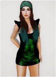 kobieta w zielonej sukience